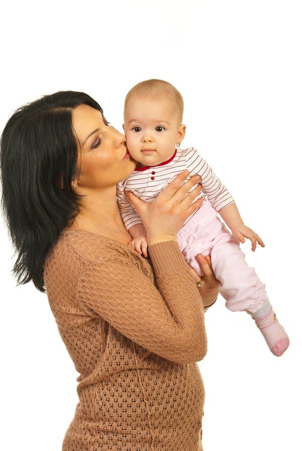 Matriz que beija seu bebé imagens de stock royalty free
