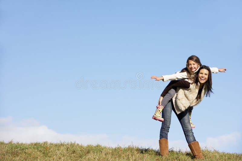 Matriz que dá seu passeio do sobreposto da filha A foto de stock