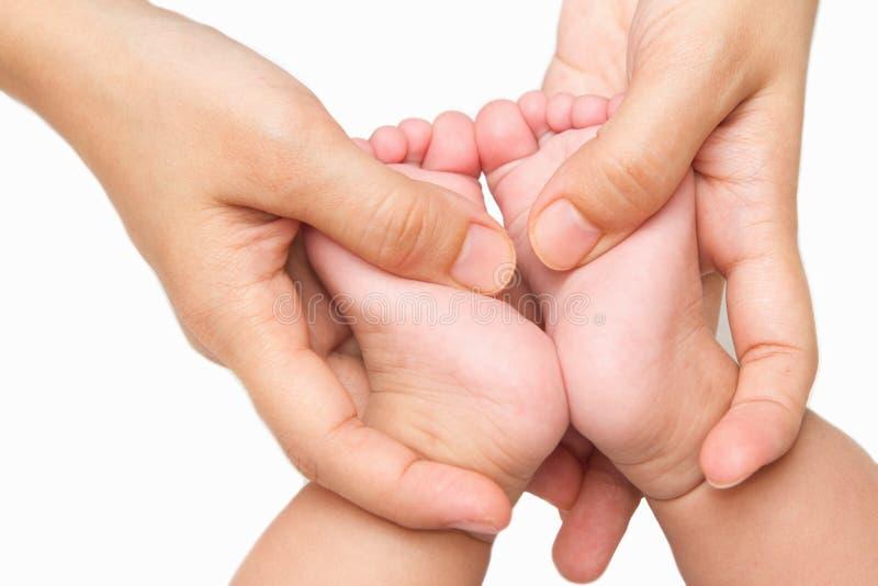 Matriz que faz massagens os pés do bebê pequeno fotos de stock