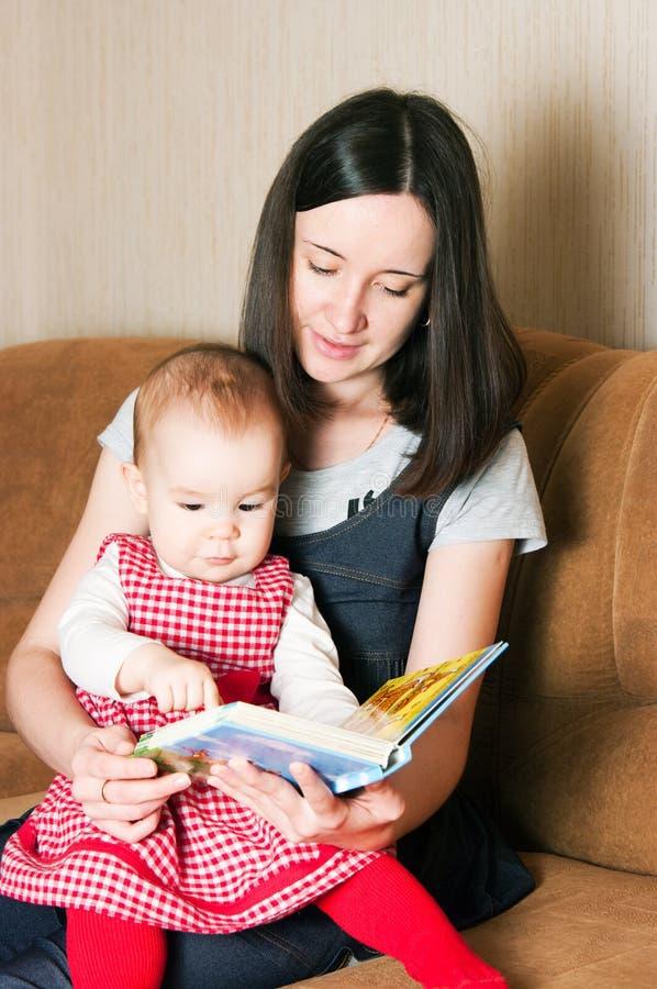 Matriz que lê à filha imagem de stock royalty free