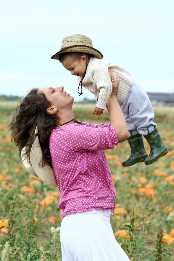 Matriz que levanta sua criança acima fotografia de stock royalty free