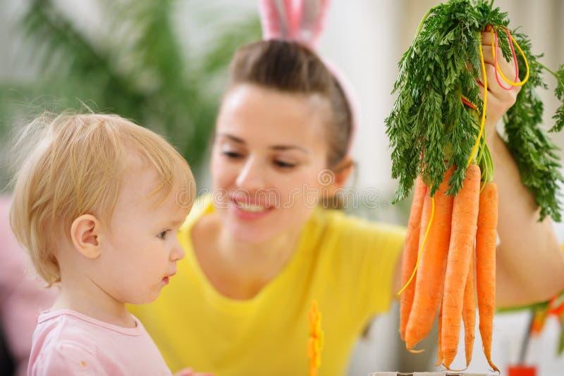Matriz que mostra o grupo do bebê das cenouras imagens de stock royalty free