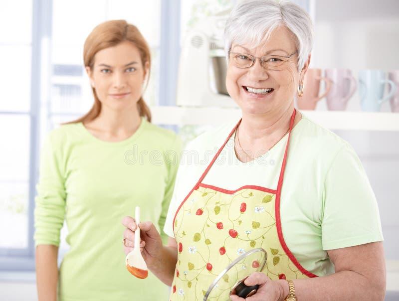 Matriz sênior alegre que cozinha na cozinha foto de stock royalty free