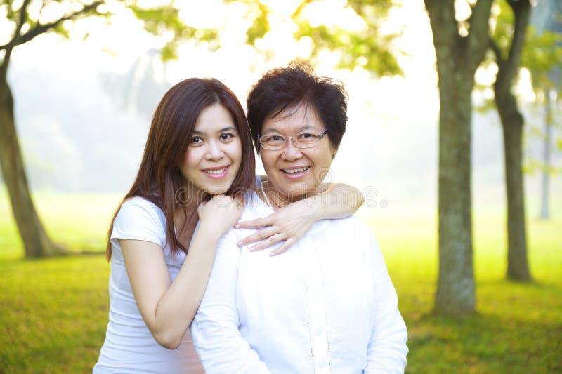 Matriz sênior asiática com sua filha imagens de stock royalty free