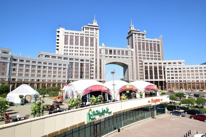 Matrizes da empresa petrolífera KazMunaiGaz em Astana, Cazaquistão imagem de stock