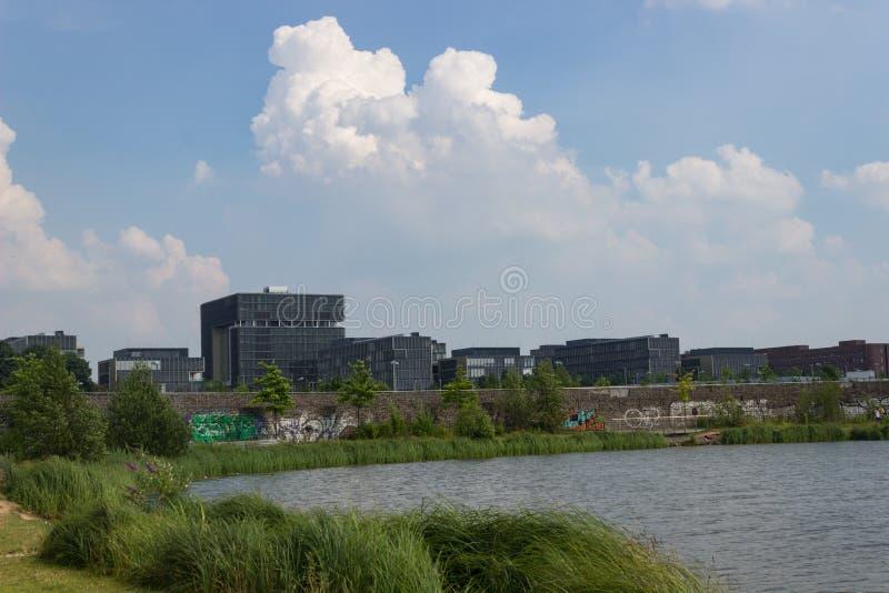Matrizes de Krupp atrás de um lago fotos de stock