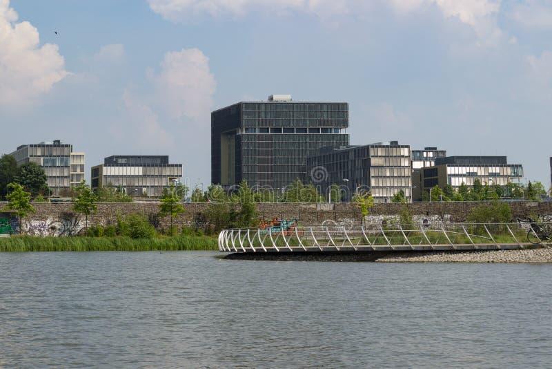 Matrizes de Krupp atrás do lago foto de stock