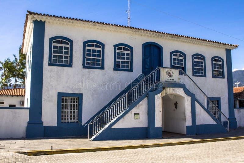 Matrizes do batalhão da polícia militar instalado na casa e na corrente velhas de cidade no centro da cidade do Sao Sebastiao imagem de stock royalty free