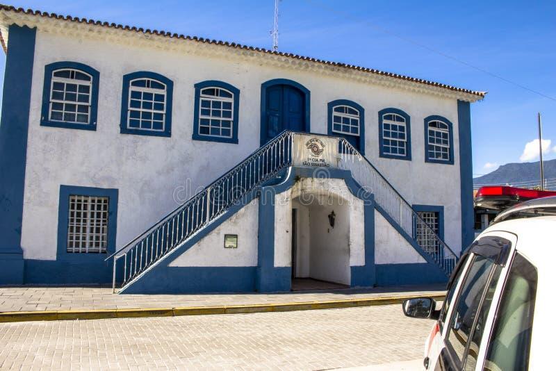 Matrizes do batalhão da polícia militar instalado na casa e na corrente velhas de cidade no centro da cidade do Sao Sebastiao fotografia de stock royalty free