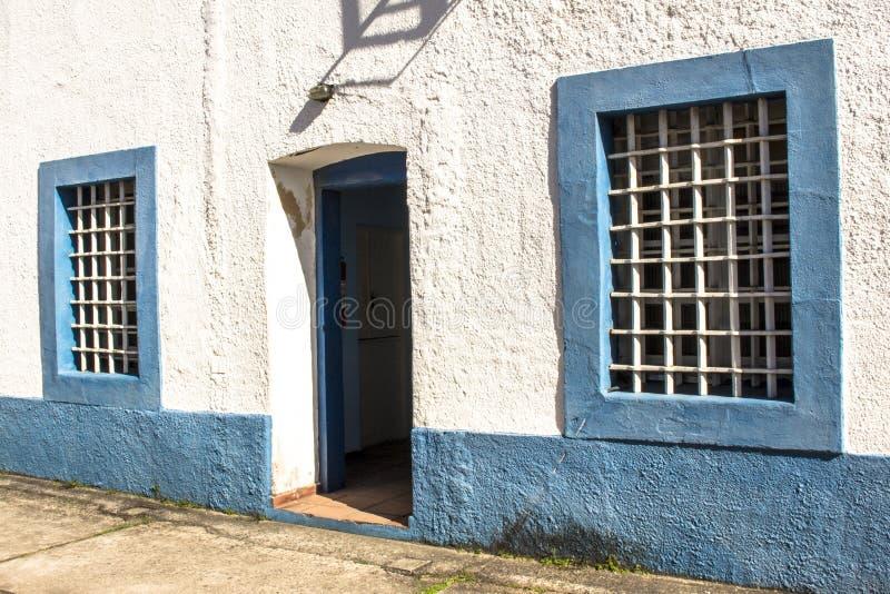 Matrizes do batalhão da polícia militar instalado na casa e na corrente velhas de cidade no centro da cidade do Sao Sebastiao imagem de stock