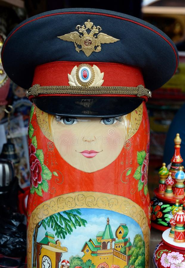 Matryoshka в крышке полиции на рынке в Izmailovo Кремле в Москве стоковое изображение rf