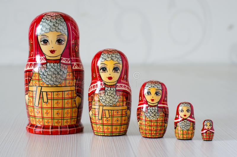 Matryoshka cinq rouge Fond brouill? photo libre de droits