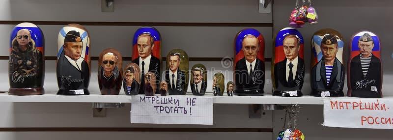Matryoshka dockor med en bild av Putin i en souvenir shoppar arkivbild