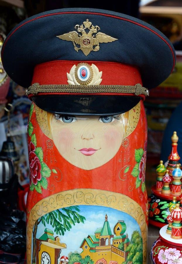 Matryoshka em um tampão da polícia no mercado no Kremlin de Izmailovo em Moscou imagem de stock royalty free