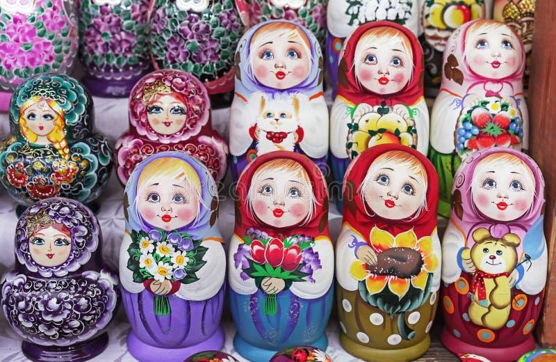Matryoshka jest krajowym Rosyjskim pami?tk? Rosyjski drewniany lali matryoshka na kontuarze prezenta sklep lalka gniazduj?ca zdjęcie stock