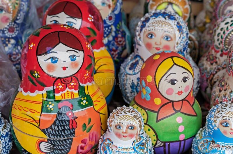 Matryoshka jest krajowym Rosyjskim pami?tk? Rosyjski drewniany lali matryoshka na kontuarze prezenta sklep lalka gniazduj?ca fotografia royalty free