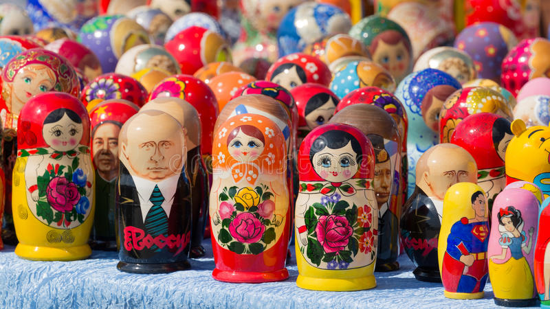 Matryoshka luminoso delle bambole immagini stock