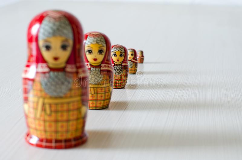 Matryoshka rosso cinque Ombre lunghe Fuoco selettivo fotografia stock