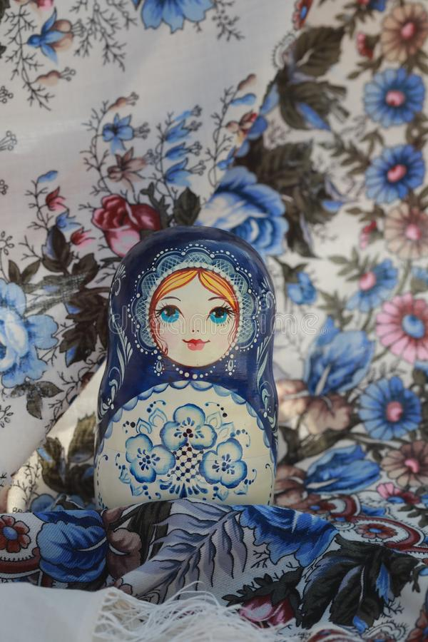 Matryoshka ruso de los recuerdos de las muñecas de madera foto de archivo libre de regalías