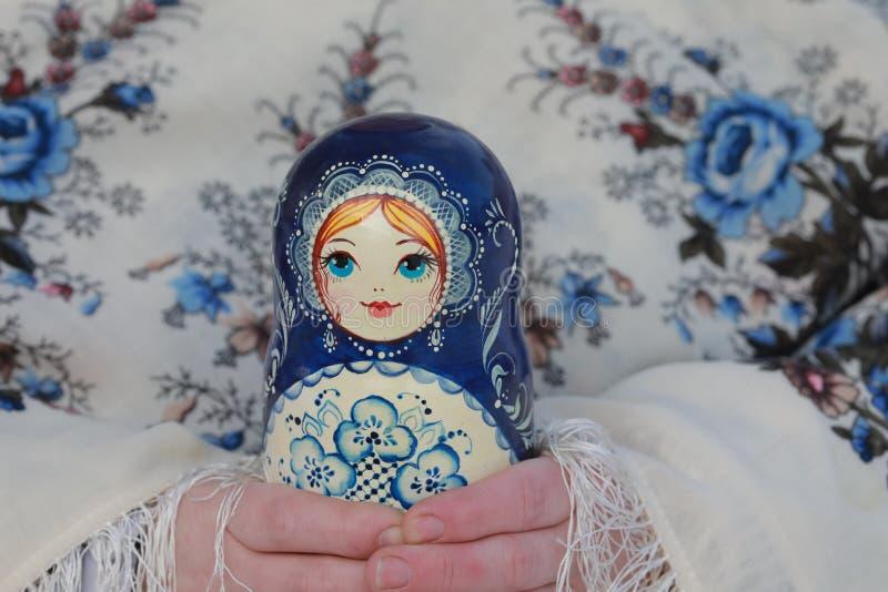 Matryoshka ruso de los recuerdos de las muñecas de madera fotos de archivo