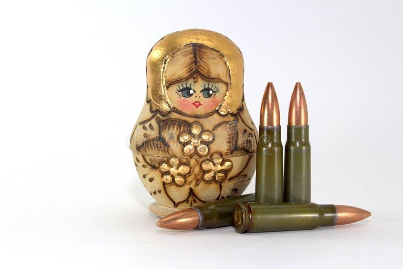 Matryoshka russo e parecchie cartucce per i fucili di assalto del Kalashnikov immagine stock libera da diritti