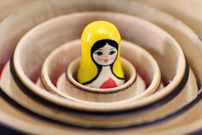 matryoshkaryss som bygga bo dockor fotografering för bildbyråer