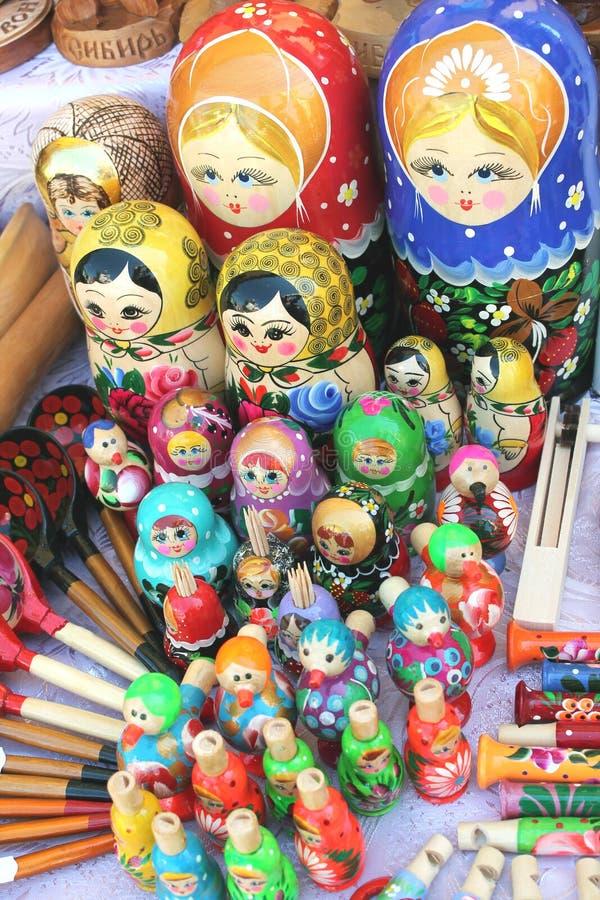 Matryoshkas, colheres e brinquedos foto de stock