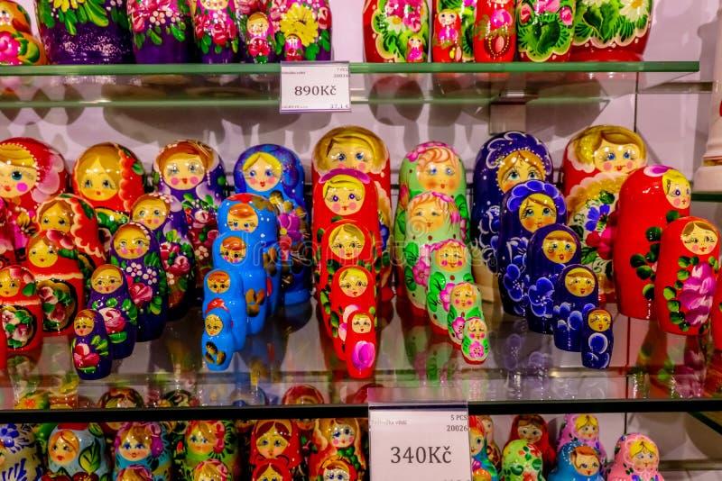 Matryoshkas en tiendas de souvenirs, la vieja área de la plaza fotografía de archivo