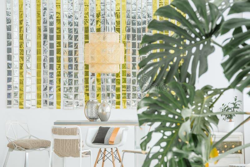 Matsal med den dekorativa lampan arkivbilder