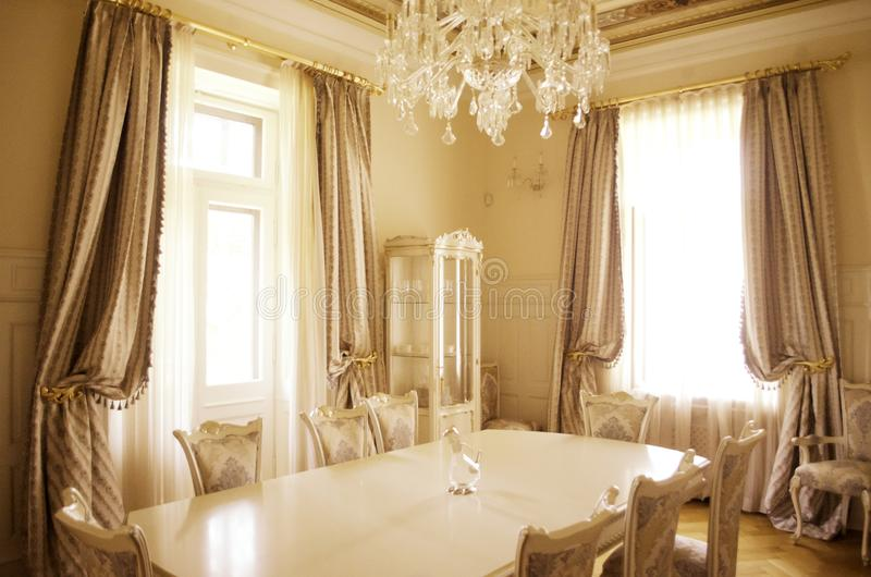Matsal med lyxigt möblemang och décor royaltyfri foto
