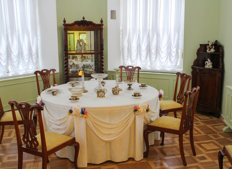 Matsalen i tornet av den Gatchina slotten royaltyfri foto