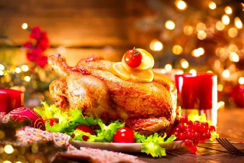 Matställe för julferiefamilj Dekorerad tabell med den grillade kalkon royaltyfri fotografi