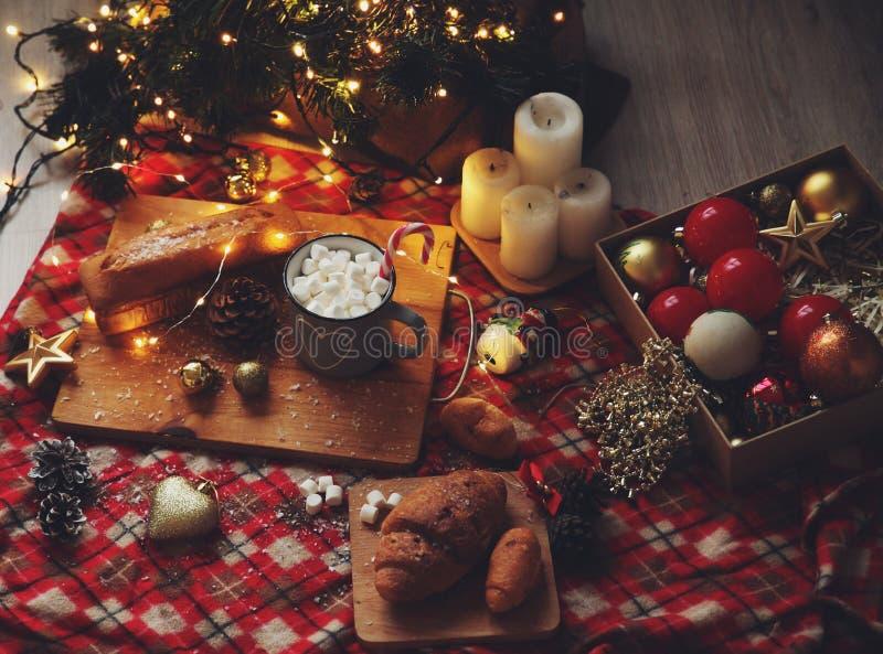 Matställe för ` s för nytt år med kakao och giffel nära julgranen arkivfoto