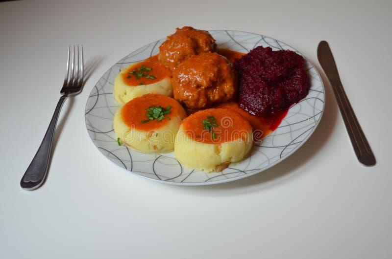 Matställe köttbullar i tomatsås arkivfoton