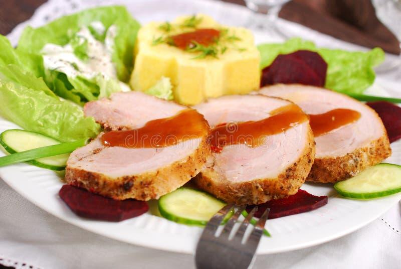 Matställe med den grillade griskött och potatisen arkivfoton