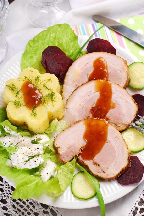 Matställe med den grillade griskött och potatisen fotografering för bildbyråer