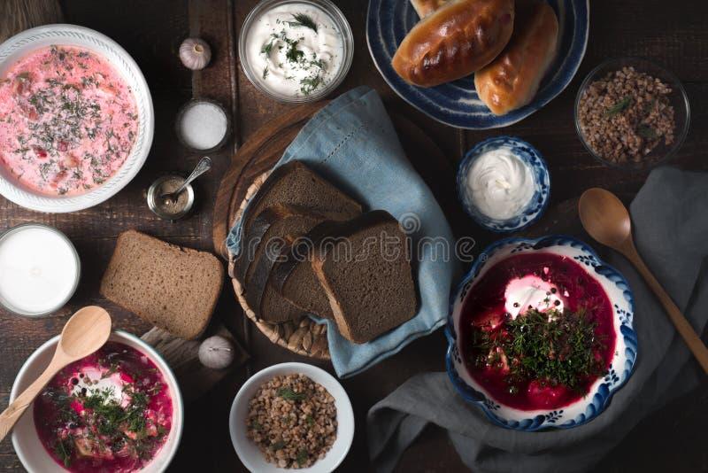 Matställe med traditionell ryssdisk på den träbästa sikten för tabell arkivfoto