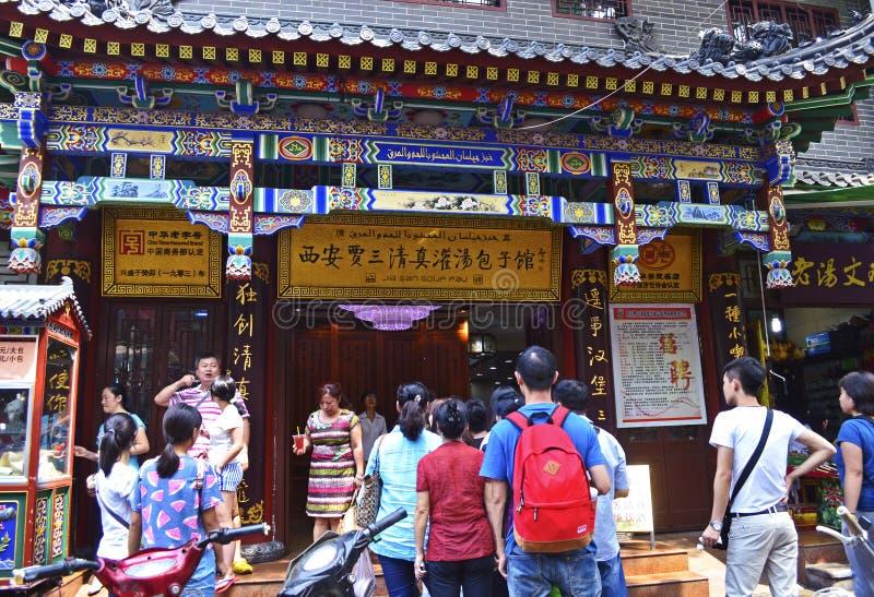 Matställear köar utanför en berömd soppaklimprestaurang, XI `, Kina royaltyfria bilder