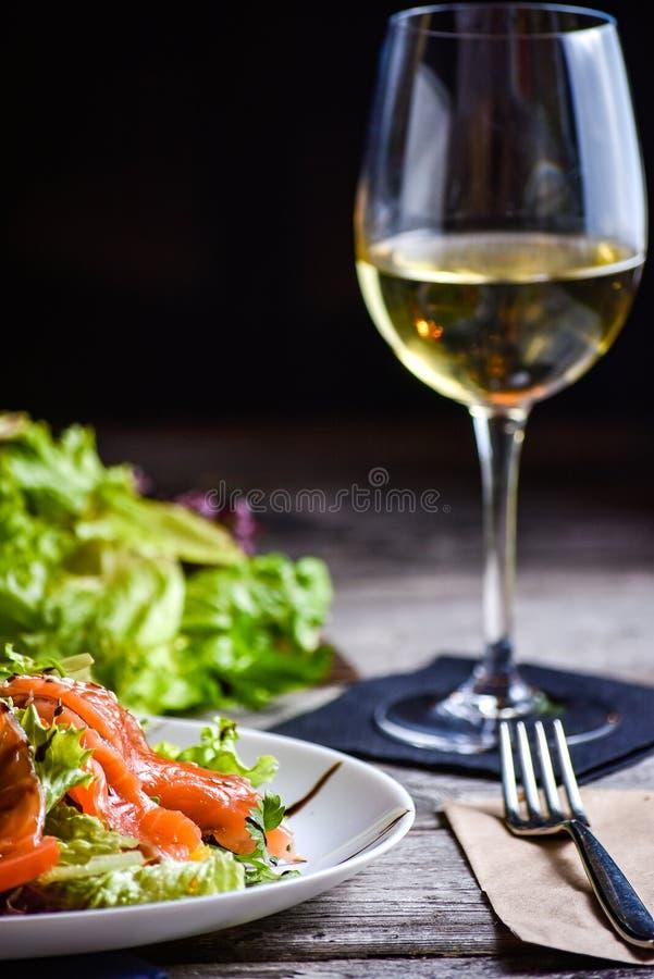 Matställetabell för restaurangklienten ny sallad för fisk royaltyfria bilder