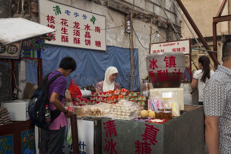 Matstall i en gata av den muslimska fjärdedelen i staden av Xian i Kina royaltyfri foto