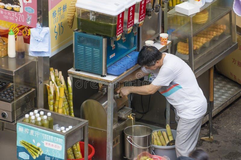 Matstall i Hong Kong som säljer drinkar och gatamat royaltyfri foto