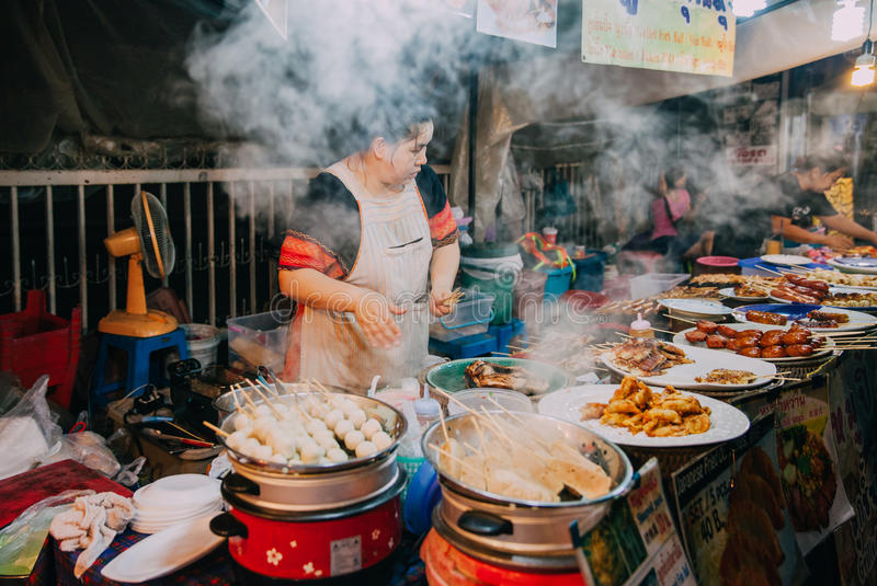 Matstall på lördagkvällmarknaden, Chiang Mai, Thailand royaltyfri fotografi