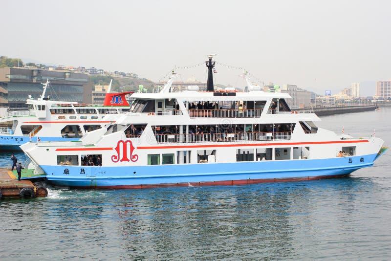 Matsudai Kisen transporte en bac traverser la mer intérieure entre Miyajimaguchi et Miyajima images stock