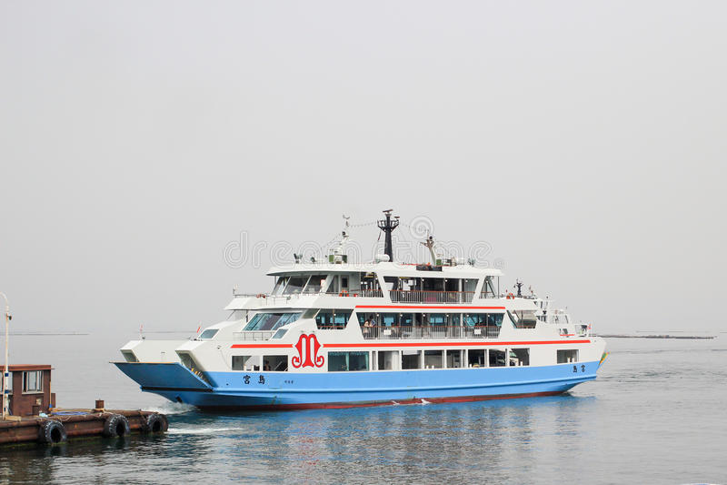 Matsudai Kisen transporte en bac traverser la mer intérieure entre Miyajimaguchi et Miyajima photos libres de droits