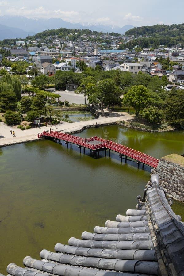 Matsumoto - Japão, o 6 de junho de 2017: Ponte vermelha sobre o f visto fosso fotografia de stock