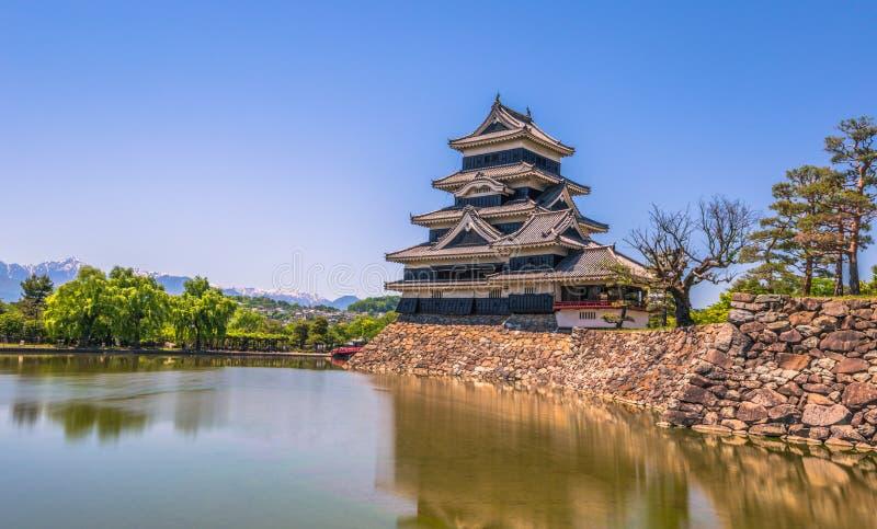Matsumoto, Maj - 25, 2019: Kasztel Matsumoto i czerwony bridżowy prowadzić ono, Japonia zdjęcie royalty free