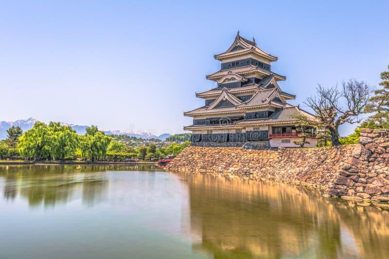 Matsumoto, Maj - 25, 2019: Kasztel Matsumoto i czerwony bridżowy prowadzić ono, Japonia zdjęcia royalty free