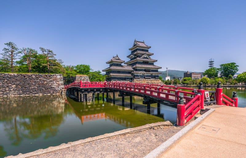 Matsumoto, Maj - 25, 2019: Kasztel Matsumoto i czerwony bridżowy prowadzić ono, Japonia obrazy royalty free