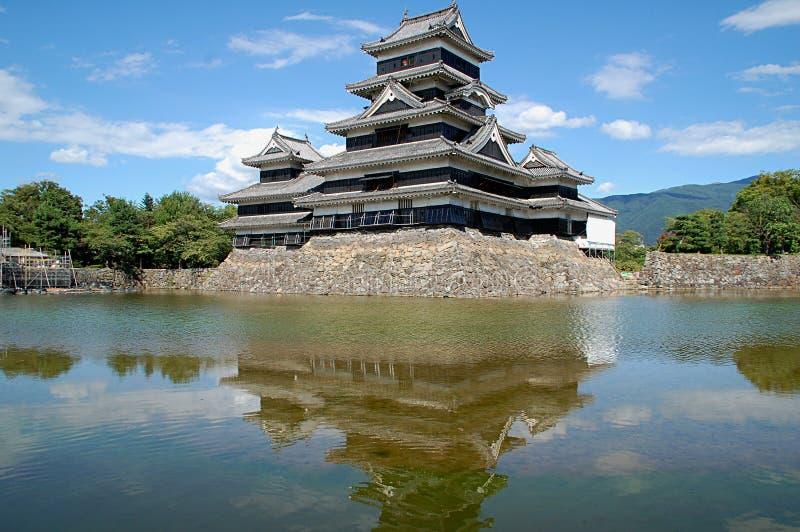 Matsumoto-Schloss reflektierte sich in Burggrabenwasser, Japan lizenzfreie stockfotos
