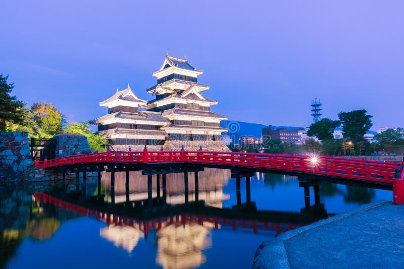 Matsumoto slott & x28; Matsumoto-jo& x29; historisk gränsmärke på natten med royaltyfri bild